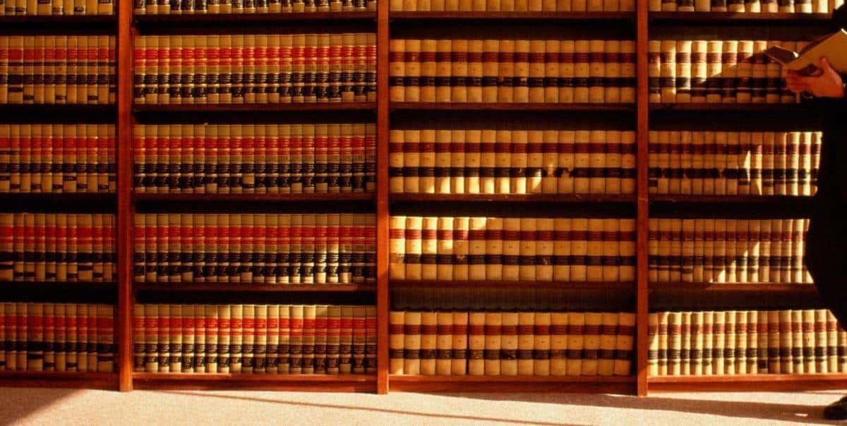 Адвокат подзащитному